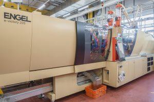 Die elektrische Spritzgießmaschine steht exklusiv für die Produktion der Dämpfungszylindergehäuse zur Verfügung. (Bild: Engel)