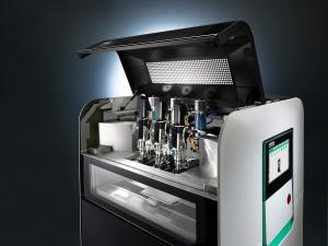Der Freeformer bietet drei Druckköpfe um mehrkomponentige Bauteile zu fertigen. (Bild: IPF)