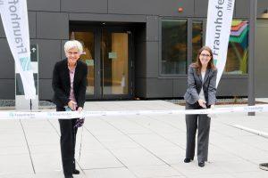 Bei der Eröffnungszeremonie (v.l.n.r.): Prof. Dr. Anke Weidenkaff, Institutsleiterin des Fraunhofer IWKS, und Dr. Andrea Gassmann, stellvertretende Institutsleiterin des Fraunhofer IWKS. (Bildquelle: Fraunhofer IWKS)