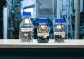 Mit Pyrolyseöl aus gemischten Abfällen wollen die Partner das Recycling von technischen Kunststoffen im Automobilbau möglich machen. (Bild: KIT/Markus Breig)