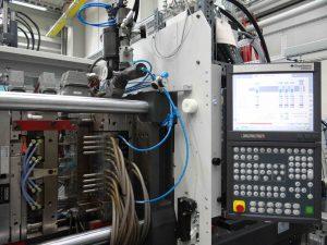 Die Mini-Inject sitzt auf dem Kaltkanal eines 8-kavitätigen 2K-Variomold-Werkezeugs mit Indexplatte. (Bild: Redaktion)