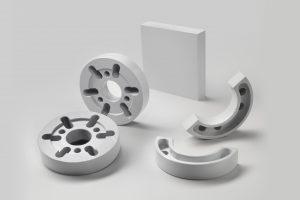 Für Förderanlagen: Nach Kundenzeichnung zerspante Gleit-, Führungs- und Lagerelemente aus der gleitmodifizierten Variante Sustadur PET GLD 120 (Bild: Röchling)