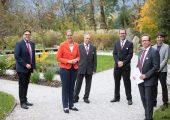 Urkundenübergabe im Fernsehgarten des ORF-Landesstudios Salzburg: Walter Haas, Geschäftsführer ITG Salzburg (links) und Landesrätin Andrea Klambauer sowie Senoplast-Geschäftsführer Günter Klepsch (2.v.r.). (Bildquelle: Wildbild)
