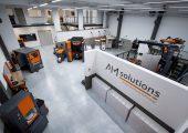 Durch seine komplette Ausstattung entlang der AM-Prozesskette bietet das Technologiezentrum gute Voraussetzungen für die Entwicklung, Auslegung und Optimierung von Nachbearbeitungsprozessen. (Bild: Rösler)
