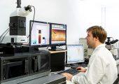 Forscher im Fraunhofer LBF analysieren mit speziell entwickelten Methoden am Raman-Mikroskop schadhafte Kunststoffbauteile, Folien oder Elastomere. (Bildquelle: Fraunhofer LBF)