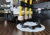 Ergebnis der bis 31. März 2022 laufenden Arbeiten sollen Kenntnisse sein, die durch eine Inline-Erfassung und Anpassung der 3D-Druckparameter, Modifizierung der Fertigungstechnologien und simulative Prozessbegleitung die additive Fertigung von deutlich hochwertigeren Kunststoffbauteilen aus teilkristallinen Polymeren ermöglichen, die mechanisch hochbelastbar sind und eine hohe Geometrietreue aufweisen. (Bildquelle: IMWS)