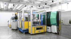 Mit der Anlage bestehen aus einem Allrounder 630 H in Packagingausführung und der Automation von Campetella wurden beim Open House IML-Behälter mit 0,4 mm Wandstärke gefertigt. (Bild: Campetella)
