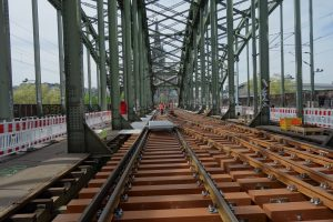 FFU-Bahnschwellen werden bereits in Europa eingesetzt, wie hier in Köln. Bislang wurden diese aus Japan importiert. (Bild: Sekisui)