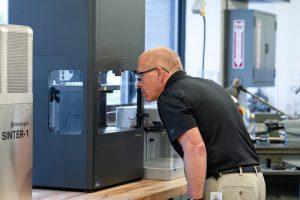 3D-Drucker im Einsatz: Für den Metalldruck wird die 3D-Druckplattform mit dem MIM Verfahren kombiniert. Hierfür stellt das Unternehmen unter anderem auch die Sinteröfen zur Verfügung. (Bild: Markforged)