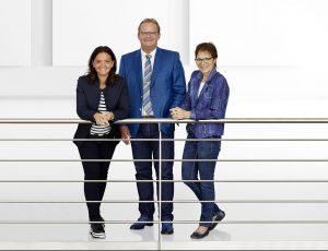 Die Arburg-Gesellschafter Juliane Hehl, Michael Hehl und Renate Keinath (v. l.) haben durch die Übernahme in die Zukunft der elektrischen Spritzgießmaschinen investiert. Bild: Arburg)
