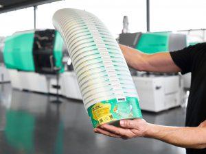 Die Markierung mit digitalen Wasserzeichen im Rahmen des Projekts Holy Grail 2.0 erlaubt  das sortenreine Sortieren von Kunststoffverpackungen. (Bild: Arburg)