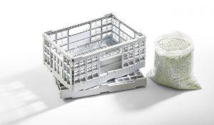 Ein hybrider Allrounder 920 H fertigte aus 100 % recyceltem PP-Monomaterial von Borealis dickwandige Klappboxen. (Bild: Arburg)