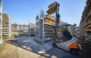 Im Außenbereich werden die Werkzeuge aus Aluminium gelagert. Ruch hat derzeit rund 3.000 aktive Werkzeuge und jährlich kommen 300 bis 400 neue Werkzeuge hinzu. (Bild: Ruch Novaplast)