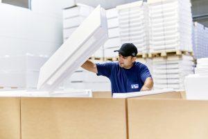 Die EPS-Einzelteile der Impfstoffbehälter werden in einem Sauberraum gelagert und zu den fertigen Einheiten komplettiert, bevor diese ausgeliefert werden. (Bild: Ruch Novaplast)