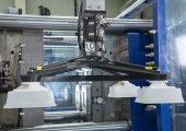 Typische Anwendung: Fertigung von Margarinebechern auf einer schnellläufigen Spritzgießmaschine. (Bild: Wittmann Battenfeld)