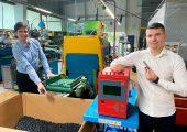 Jörg Bruder (links) und Memo Ljatifi an der Spritzgießmaschine, in der die Gelenkteile für die Gelenkschlauchsysteme gefertigt werden. (Bild: Meusburger)