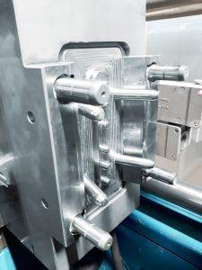 Die neu hergestellte Düsenseite wird im Kunststoffwerk Buchs für die Produktion von Gelenkschlauchsystemen eingesetzt. (Bild: Meusburger)