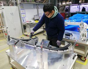 Qualitätssicherung: Production Quality Inspector Hu Shaoyang prüft eine in Shenyang gefertigte Fensterrahmenverkleidung auf Maßhaltigkeit. (Bild: Wirthwein)