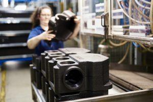 Nach der Entformung werden die zwei EPP-Halbschalen für eine Gehäuselösung von einer Mitarbeiterin überprüft und durch einfaches Stecken miteinander verbunden. (Bild: Ruch Novaplast)