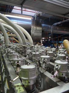 Zweimal täglich wird neues Rohmaterial angeliefert und in große Silos gepumpt. Jedes Silo ist mit einer zentralen Verteilerstelle, dem Materialbahnhof, verbunden. 35 Leitungen laufen hier zusammen und werden rückverfolgbar über Kuppeltische auf 54 Leitungen zu den Maschinen verteilt. Insgesamt wurden dazu 10 km Rohre verlegt. So gelangen die EPP- und EPS-Perlen direkt zu den Schäummaschinen. (Bild: Redaktion)