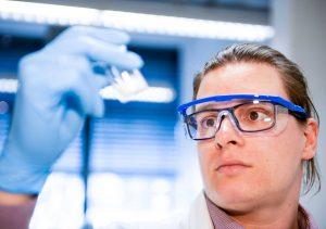 """Dr. Matthias Hartlieb leitet die Emmy Noether-Gruppe """"Antimikrobielle Polymere der nächsten Generation"""". (Bild: Universität Potsdam/Taobias Hopfgartent)"""