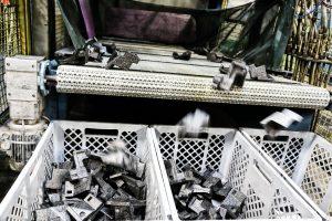 Der Schäumautomat hat die frisch geschäumten EPP-Teile entformt. (Bild: Ruch Novaplast)