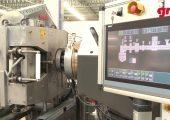 Das Schmelzefiltrationssystem lässt sich problemlos in den vorhandenen Prozess integrieren und eignet sich als Retrofitlösung. Die mitgelieferte autarke Steuerung kontrolliert den Filtrationsprozess im Zusammenspiel mit der Produktionsanlage. (Bildquelle: Gneuß)