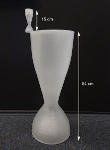 Abbildung 1: Beide Modelle einer Lavaldüse sind aus PP gefertigt. Die benötige Druckzeit liegt jeweils bei etwa 5,5 Stunden. Die große Düse wurde mittels LAAM-Verfahren, die darauf platzierte kleinere Düse über den FFF-Prozess gedruckt. (Bilder: NMB)