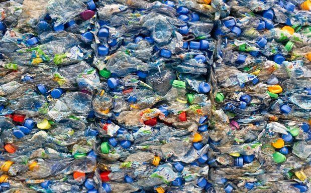 Was steckt hinter enzymatischem Recycling? Beim enzymatische Recycling kombiniert das französischen Unternehmens Carbios, Clermont-Limagne, Enzymologie und Kunststoffverarbeitung. Das Verfahren zielt auf das Zersetzen von Kunststoffen durch Enzyme ab, sodass Kunststoffabfälle unendlich oft recycelt werden können. Forscher des Unternehmens haben auf einer Mülldeponie zahlreiche Mikroorganismen untersucht und Enzyme entdeckt, die Enzyme zum Abbau von PET entwickelt haben. Die Technologie arbeitet mit relativ milden Reaktionsbedingungen hinsichtlich Druck und Temperatur. Im September 2021 soll eine Demonstrationsanlage in Betrieb gehen. (Bild: alterfalter - fotolia)