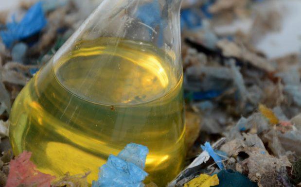 Was steckt hinter der Catalytischen Tribochemischen Conversion? Carboliq, Remscheid, ein Tochterunternehmen von Recenso, Remscheid, hat die Catalytische Tribochemische Conversion (CTC), ein einstufiges Verfahren zum Verflüssigen fester Kohlenwasserstoffe, entwickelt. Bei dem Verfahren werden thermische, katalytische und mechanochemische (tribochemische) Mechanismen kombiniert. Ein Standardmodul kann bis zu 400 l gemischte Kunststoffabfälle pro Stunde umwandeln. Die benötigte Prozessenergie wird durch Reibung erzeugt. Der CTC-Prozess findet bei Atmosphärendruck und einer Temperatur unter 400 °C statt. Die Ölausbeute ist hoch, die Menge an entstehenden Gasen eher gering. Prozessrückstände werden extern thermisch verwertet. Das entstehende Öl ist gemäß REACH als Produkt registriert, sodass der End-of-Line-Waste-Status abgesichert ist und das Produktöl in Anlagen, die nicht dem Abfallregime unterliegen, verarbeitet werden kann. Eine Pilotanlage ist auf dem Gelände des Entsorgungszentrums in Ennigerloh in Betrieb. (Bild: Recenso)