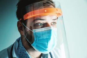 APET-Folien werden für die Gesichtsschilde zum Schutz gegen das Corona-Virus eingesetzt. (Bild: Ricardo Alfaia/Buergofol)