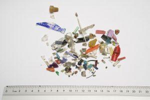 Vom Groben zum Feinen: Sortierung von Makro- und Mikroplastik. (Bild: FiW)