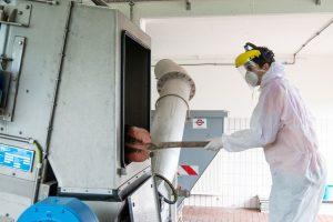 Am Rechen des Klärwerks bleiben die meisten Feststoffe hängen. Für die FiW-Forscher ein wichtiger Ort zur Probenahme für das ganz Grobe. (Bild: FiW)