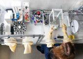 Die PA-Proben werden in der Glovebox vorbereitet und gemessen. (Bild: KUZ)