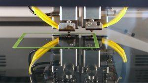 Ein 3D-Drucker fertigt aus recyceltem Kunststoff einen neuen Gegenstand. (Bild: IPH)