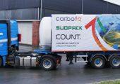 Ein LKW mit Öl, das durch chemisches Recycling aus Ressourcen von Südpack gewonnen wurde, verlässt die Pilotanlage von Recenso im münsterländischen Ennigerloh verlassen. (Bild: Südpack)