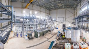 Im EU Projekt Sweetwoods wurde der erste Meilensteine erreicht. In einer  Bioraffinerie wird durch einen neuartigen Fraktionierungsprozess nachhaltige Laubholz-Biomasse in hochreines Lignin und Holzzucker verwandelt. Der Rohstoff könnte als Basis für den Biokunststoff Flüssigholz dienen. (Bild: Sweetwoods).