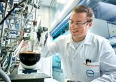 Covestro-Forscher Sebastian Scherf bei einem Laborversuch zum chemischen Recycling von Polyurethan-Matratzenschaum. (Bild: Covestro)