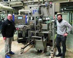 Tecnaro Geschäftsführer Jürgen Pfitzer (l.) und Simon Weis, IPS Geschäftsführer, bei der Inbetriebnahme des neuen Unterwasser-Granuliersystems. (Bild: IPS)
