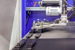 Teileablage durch das integrierte Robotersystem (Bild: Wittmann Battenfeld)