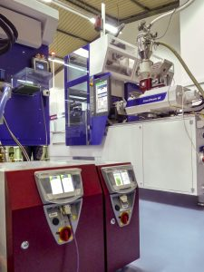 In den Insider-Zellen sind auch die Temperiergeräte untergebracht. (Bild: Wittmann Battenfeld)