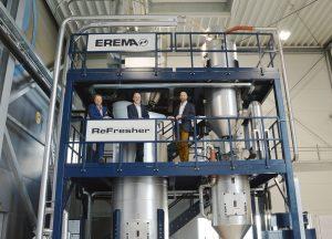 Michael Heitzinger, Clemens Kitzberger und Thomas Hofstätter vor dem neu installierten Refresher im Technikum. (Bild: Erema)