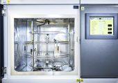 Laborbewitterung von Kunststoffbauteilen im Fraunhofer LBF. (Bild: Fraunhofer LBF/Raapke)