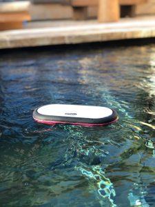 (Wasser) Der Zeppy Soundbuddy ist ein mobiler Lautsprecher, dessen Gehäuse aus expandiertem Polypropylen gefertigt ist. Das Gehäuse ist wasserdicht und erlaubt, Musik sogar unter Wasser zu hören. Bild: Zeppy