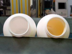 Die beiden Flaschen für die zweite Versuchsreihe bestehen komplett aus PCR. Die Flasche rechts wurde innen mit einer CHF-Barrierebeschichtung von Delta Engineering versehen. (Bild: W. Müller)