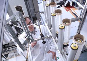 Die neuartigen biobasierten PLA-Fasern des Fraunhofer IAP machen es möglich, einen Faserverbundwerkstoff komplett aus PLA herzustellen, der leicht recycelt werden kann. (Bild: IAP)