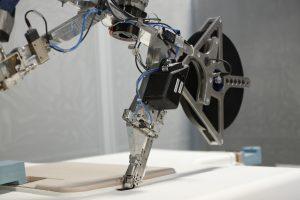 Hochpräzise und reproduzierbar: CNC-Robotor im Klebe-Klett-Einsatz. (Bild: Maucher)