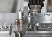Die gebogenen Nadeln lassen sich exakt in die untere Werkzeughälfte einlegen. (Bild: Zahoransky)