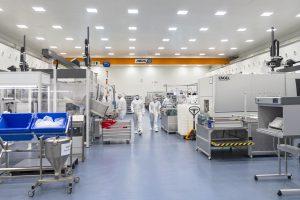 In einem Reinraum der Klasse GMP C produziert Röchling Medical am Standort Brensbach unter anderem anspruchsvolle Arzneimittelverpackungen, Verbrauchsartikel für die medizinische Diagnostik sowie medizintechnische Komponenten. (Bilder: Engel)