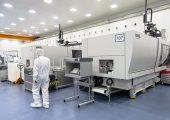 Mit jeweils 5000 kN Schließkraft sind die beiden neuen vollelektrischen E-motion 500 die größten Spritzgießmaschinen, die Röchling Medical komplett im Reinraum betreibt.